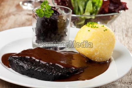 sauerbraten con albondigas de patata