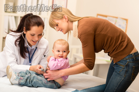 bornelaege undersoge baby med stetoskop