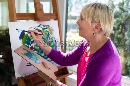 kvinde maleri hobby kaephest pensioneret ret