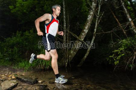 jogger krydser streambed