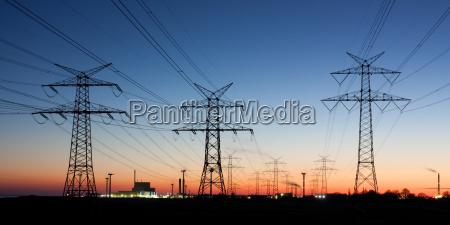 elmaster ved solnedgang i horisonten atomkraftvaerk
