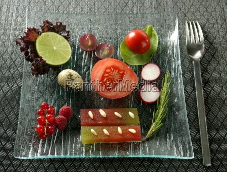 varieret salat med frugt kvaede og