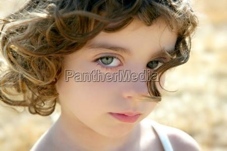 smuk lille pige portraet udendors pool