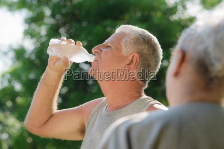seniorer drikker vand efter fitness i