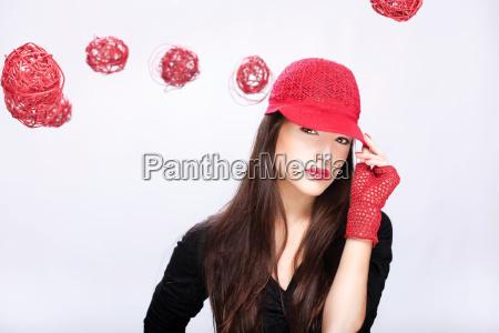 kvinde med rod hat mellem rode