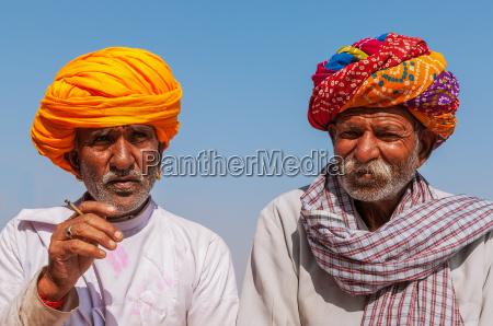 to gamle indianere med farverige turban