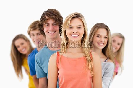en smilende gruppe star bag hinanden