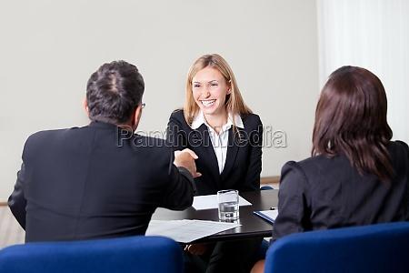 kvindelig rystende haender ved jobsamtalen