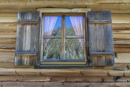 wooden hytte med vinduer i alperne