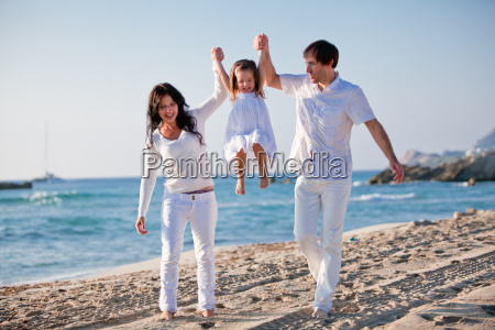 lykkelig ung familie med lille datter