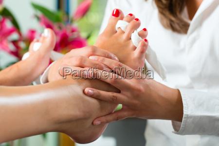 kvinde i skonhedssalonen modtager pedicure