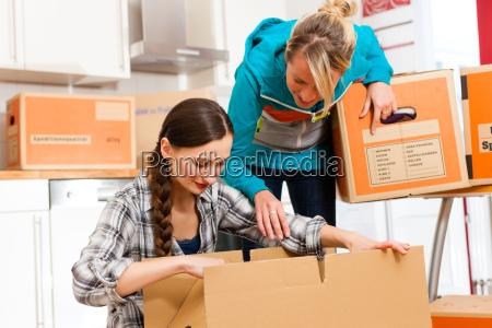to kvinder med at flytte boksen
