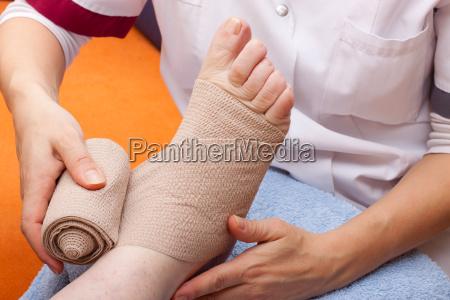laege bandager pa foden af en