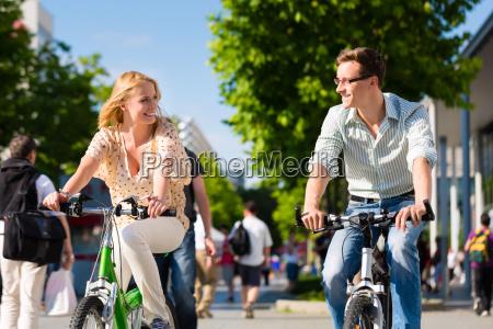 par i byen korsel med cykel