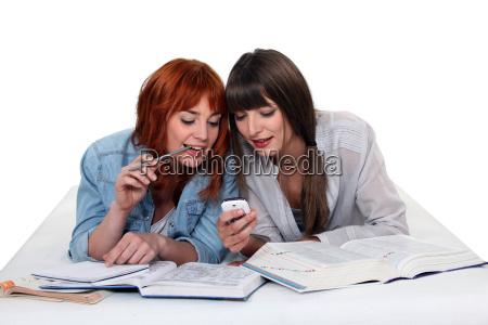 unge kvinder der tager en pause