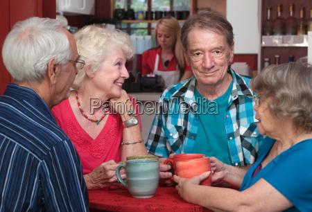 AEldre voksne i samtale