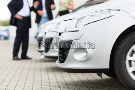 bilforhandlere og kunder ser pa en