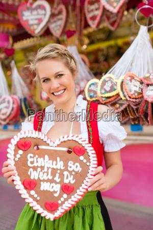 ung kvinde pa foraret festival i