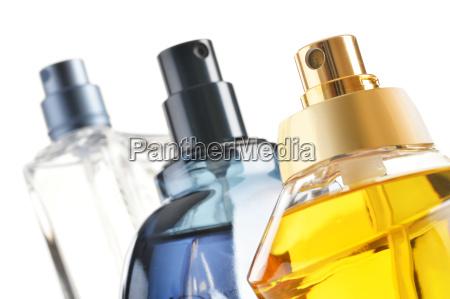 komposition med parfumeflasker pa hvid baggrund