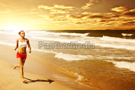 sund kvinde korer pa stranden