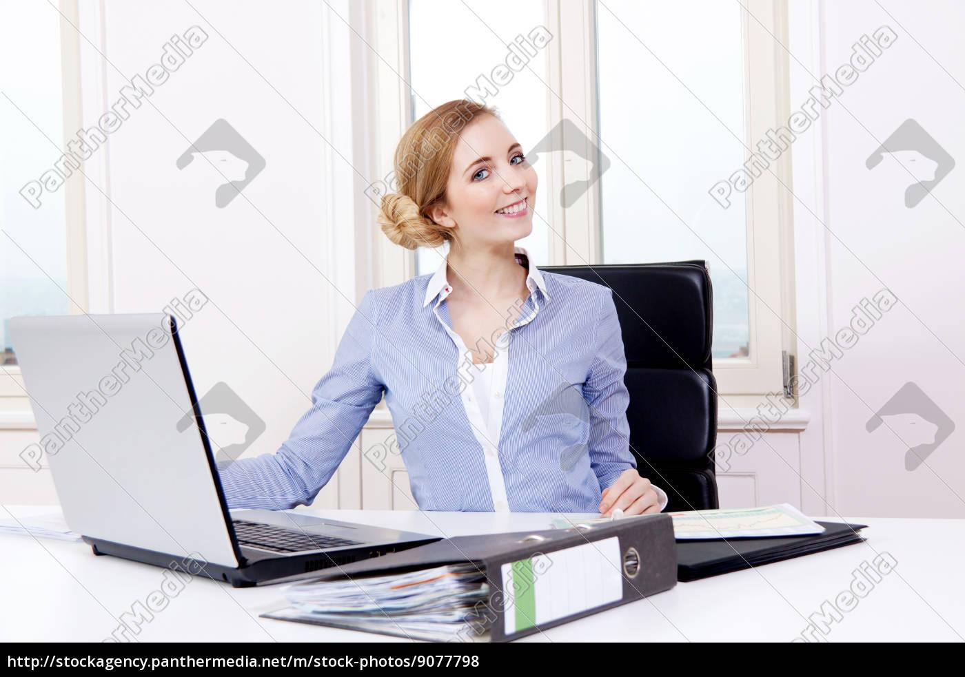 ung, blond, kvinde, der, arbejder, i, et - 9077798
