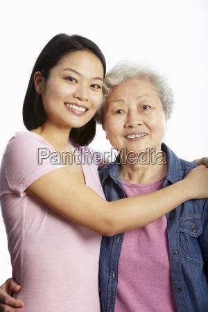 studio portraet af kinesisk moder med