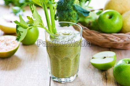 apple med selleri og broccoli smoothie