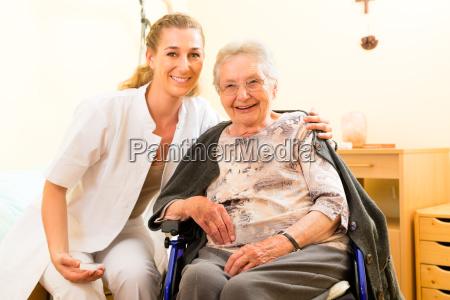 kvinde pleje kvindelig pensionist altenheim aeldreplejen