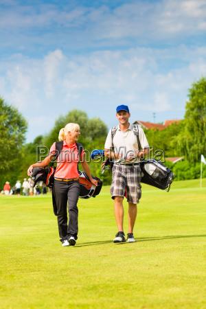 unge sporty par golf pa golfbanen