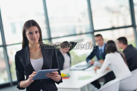 forretningsfolk i et mode pa kontoret
