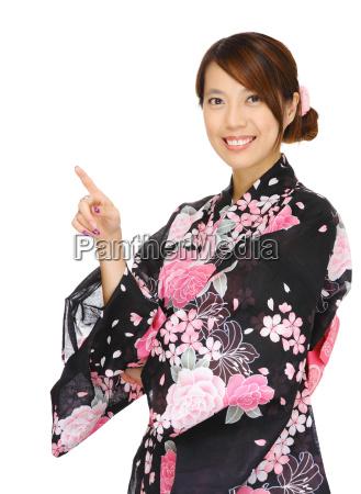 asiatisk kvinde ifort kimono og peger