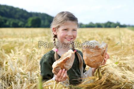 pige med brod i kornmarken