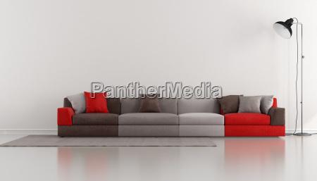 minimalistisk lounge med farverige moderne