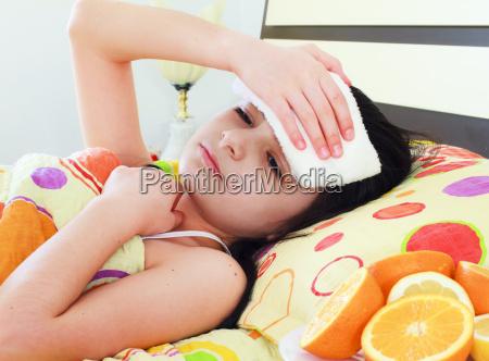 syg ung pige i sengen