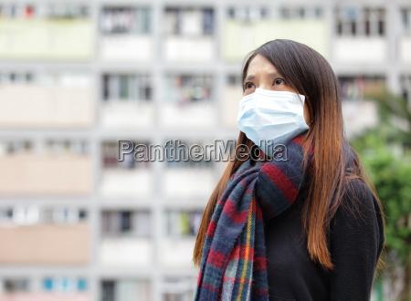 asiatisk kvinde med ansigtsmaske pa udendors