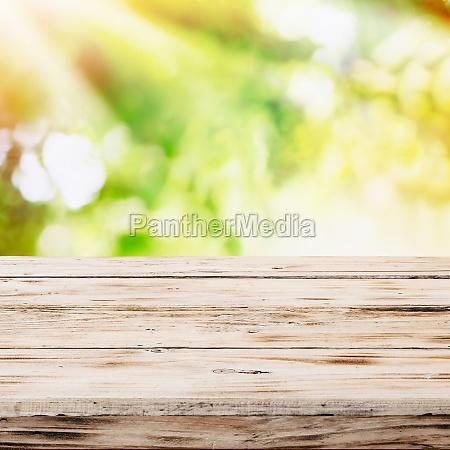 tom rustikt traebord med gyldne sollys