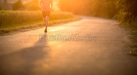 mand atlet runner korer pa
