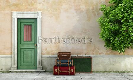 gamle hus med vintage kufferter