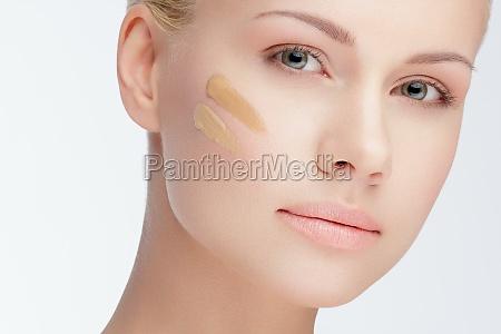 naerbillede ansigt med kosmetiske fundament