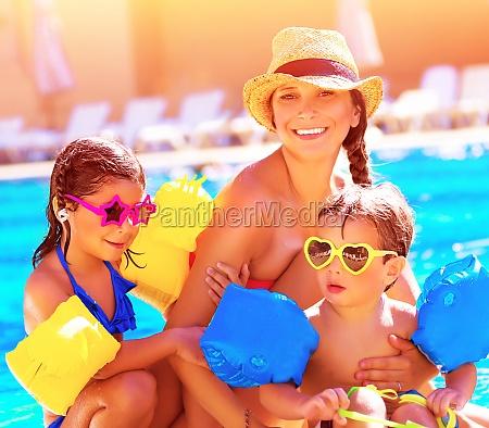 lykkelig familie i sommerferien