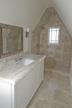 brusebad og handvask i traditionelt badevaerelse