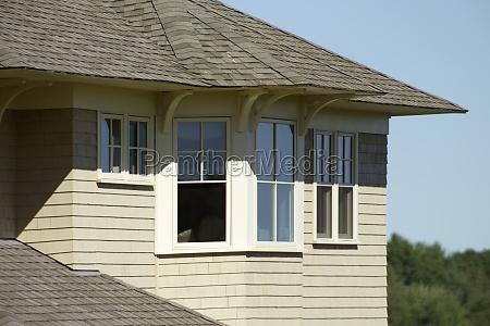 enfamiliehus med shingled rooftop