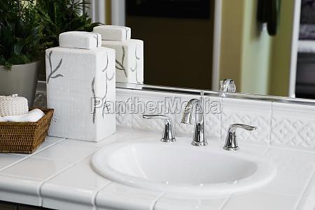 hvid flise bordplade omkringliggende badevaerelse vask