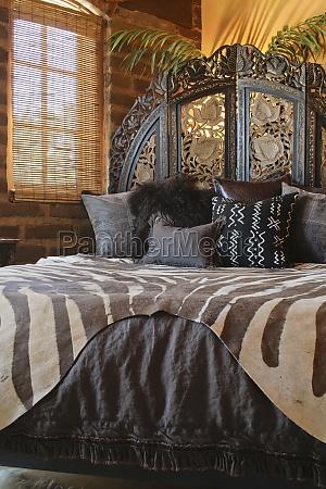 brown afrikanske trykt sengetoj pa sengen