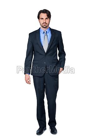 selvsikker ung forretningsmand med jakkesaet morkt
