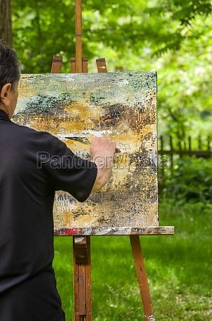kunstner maler et abstrakt billede