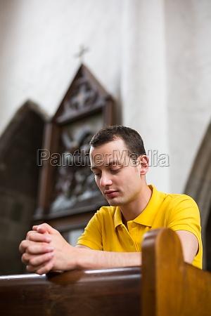 smuk ung mand der beder i