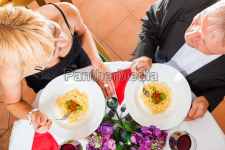 senior par spiser middag
