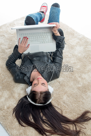 girl lying with laptop on the
