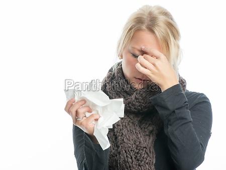 syg blond kvinde med lommetorklaede